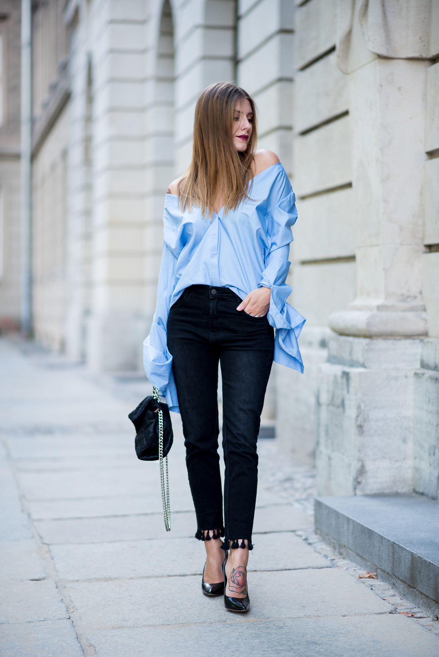 big_sleeves_and_fringed_jeans_1